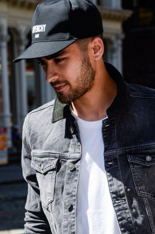 NEW YORK, NY - SEPTEMBER 14:  Singer Zayn Malik leaves his Manhattan apartment on September 14, 2016 in New York City.  (Photo by Ray Tamarra/GC Images)